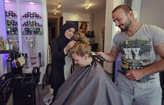 "Photo of هولندا : لاجئ سوري و شقيقته يتحديان صعوبات اللغة و الضرائب و يفتتحان "" صالون حلاقة """