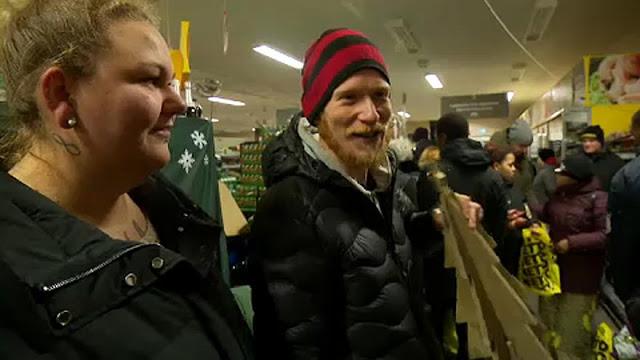 Photo of بالفيديو:  شاهد محلات تجارية توزع مواد الغذاء مجانا في الدنمارك