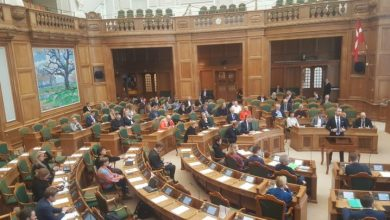 Photo of صراع الديكة داخل قبة البرلمان الدنماركي ..