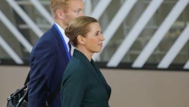 """صورة احتفاء أطفال بـ""""أفضل رئيسة وزراء"""" يثير جدلاً في الدنمارك"""
